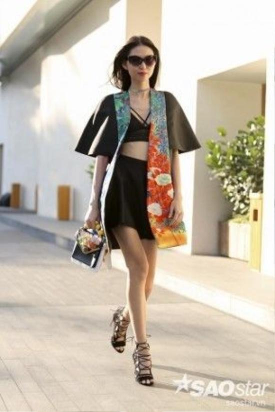 Người mẫu Thùy Dương (TyhD) với áo crop top đen đi kèm chân váy đen của NTk Trương Thanh Long.
