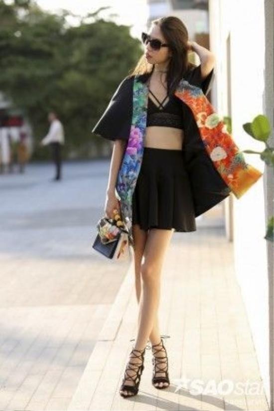 Kate Moss Việt Nam với phương châm ủng hộ nhà thiết kế Việt. Cô mặc áo khoác kimono bên ngoài cùng túi xách đều là sản phẩm của NTK Cory.