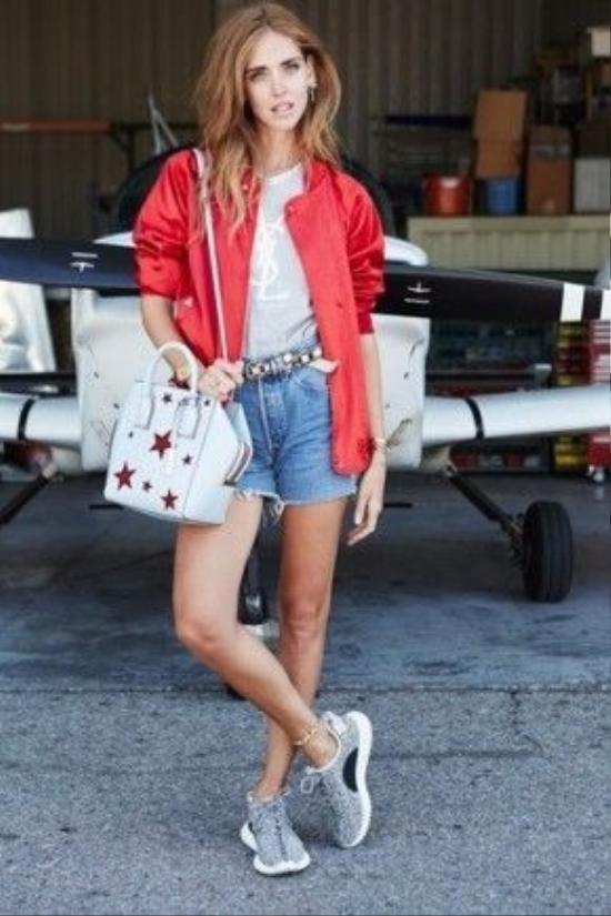 Kết hợp chiếc short jeans của bạn một cách thời trang nhất với 2 item hot nhất hè này: áo thun in slogan và khoác ngoài một chiếc bomber.