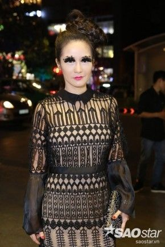 Nữ ca sĩ Hồng Nhung có lẽ sẽ về nhất về độ gây sốc trước đám đông trong VDFW ngày đầu tiên với đôi mi giả hình họa tiết lông vũ.