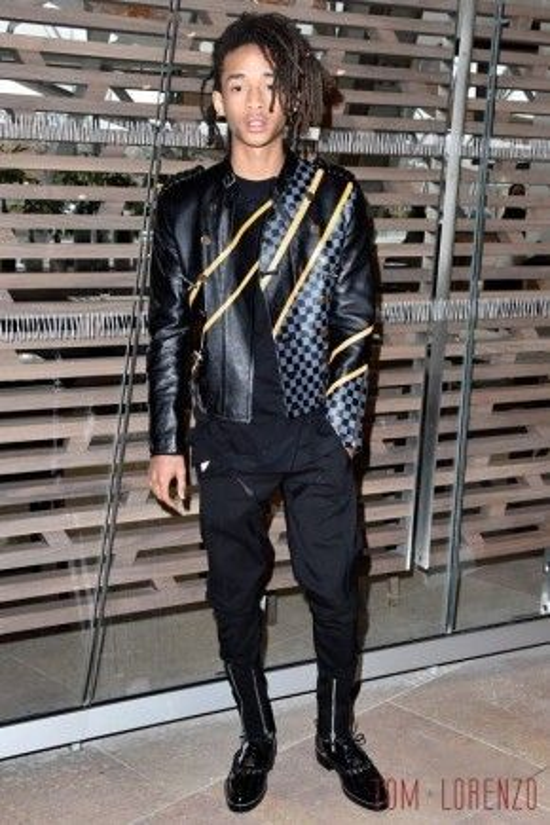 All black có lẽ là phong cách được anh chàng ưa chuộng nhất mỗi khi xuất hiện trước truyền thông. Vẫn là những item quen thuộc áo biker jacket và giày da cổ cao nhưng khi Jaden mặc lại mang một hơi thở rất khác.