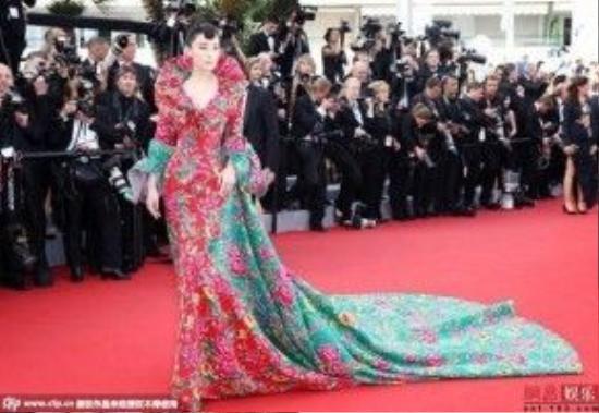 Dù vẫn là cái tên được đặc biệt chú ý nhưng Phạm Băng Băng có phần nào lép vế so với bộ trang phục lấy cảm hứng từ chăn con công từng tạo nên cơn sốt tại Cannes 2015 của người đẹp Trương Hình Dư.
