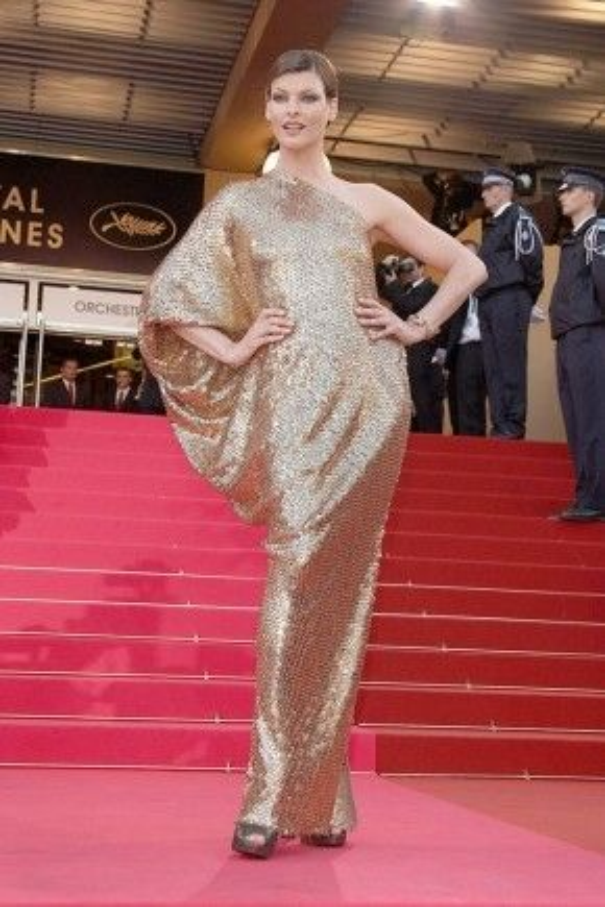 Chiếc váy đính sequin lấp lánh của Lanvin khiến Linda Evangelista xuất hiện như một nữ thần trên thảm đỏ Cannes năm 2008.