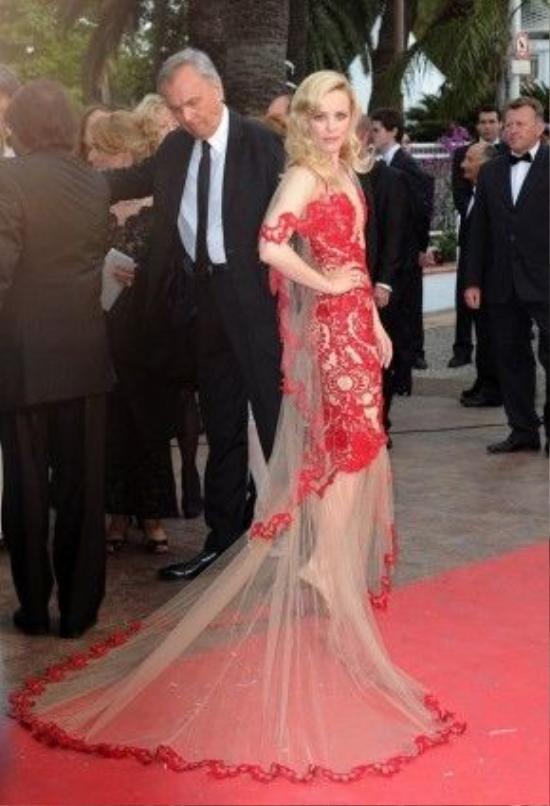 Danh sách những bộ váy gợi cảm nhất còn có sự góp mặt của Rachel McAdams với chiếc đầm xuyên thấu của nhà thiết kế lừng danh Marchesa t rong buổi ra mắt Midnight in Paris ở Cannes 2011.