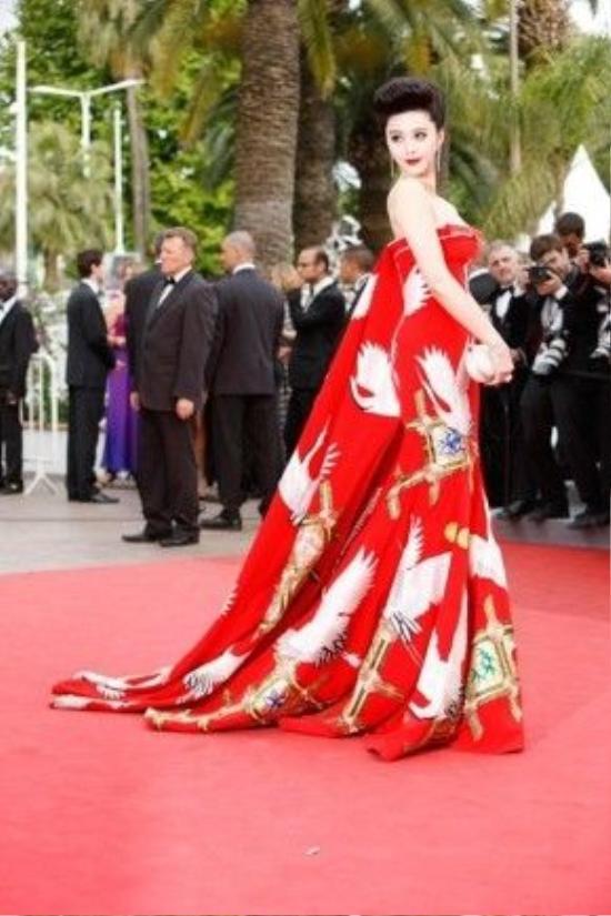 """Trong danh sách này không thể không nhắc đến cái tên Phạm Băng Băng với một loạt thiết kế mang đậm chất Á Đông cầu kỳ trong hoạ tiết nhiều lần được vinh danh là mẫu váy đẹp nhất tại thảm đỏ Cannes nhiều mùa liên tiếp. Cô cũng được người hâm mộ gắn cho biệt danh """"nữ hoàng thảm đỏ"""" và trở thành nguồn cảm hứng trang phục cho nhiều ngôi sao châu Á khác tại các sự kiện lớn."""