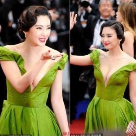 Trong những LHP Cannes gần đây các ngôi sao châu Á liên tục nhận được nhiều sự chú ý của dư luân và người hâm mộ khi sẵn sàng chi rất mạnh tay cho trang phục trên thảm đỏ. Tiêu biểu nhất là người đẹp Hoa ngữ Trương Vũ Kỳ với bộ đầm xanh gần như khoe trọn vòng 1 thu hút mọi ánh nhìn tại Cannes 2013. Đây là một thiết kế rất đắt tiền trong bộ sưu tập của fashionista tỷ phú Uyliana Sergeenko.