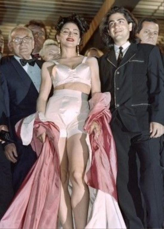 Quả bom sex một thời Madonna khiến người hâm mộ khó quyên khi chọn bộ váy mang tính biểu tượng của Jean Paul Gaultier với kiểu cúp ngực hình chóp nón nhọn kinh điển trong buổi ra mắt bộ phim In Bed With Madonna tại Cannes 1991.
