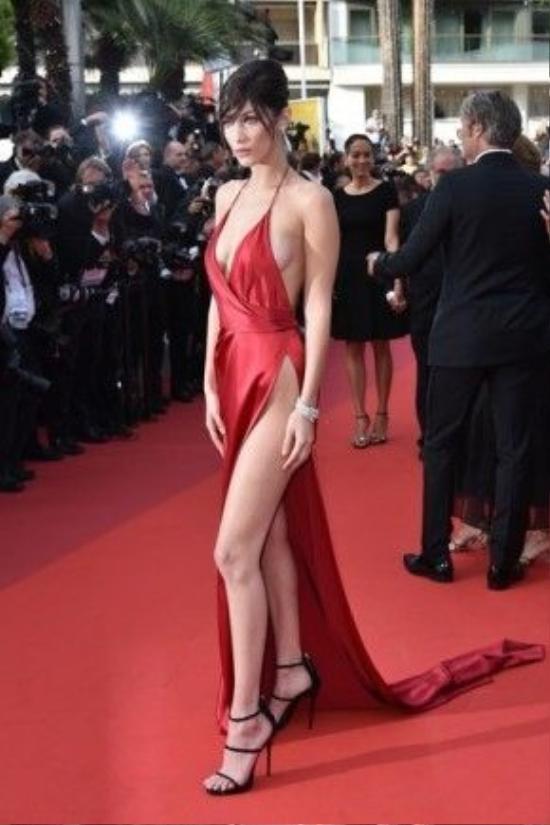 Xuất hiện đầy táo bạo trên thảm đỏ công chiếu bộ phim The Unknown Girl (La Fille Inconnue) tại LHP Cannes ngày 18/5 vừa qua, s iêu mẫu Bella Hadid đã trở thành tâm điểm chú ý của báo giới và người hâm mộ khi diện chiếc váy đỏ với những đường cắt xẻ đầy táo bạo của nhà thiết kế Alexandre Vauthier. Dù bộ trang phục sexy khiến chân dài 9x gặp một vài khó khăn khi di chuyển và tạo dáng nhưng nó đã giúp cô làm lu mờ nhiều tên tuổi đình đám với những bộ váy gợi cảm khác từng xuất hiện tại Cannes.