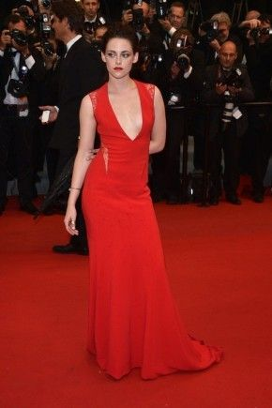 Sau thành công của bộ phim Chạng vạng với vai Bella, Kristen Stewart liên tục ghi dấu ấn trên thảm đỏ nhiều sự kiện lớn trong đó có bộ đầm đỏ quyến rũ của Reem Acra tại Cannes 2012.