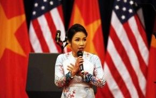 Nữ diva Mỹ Linh một mình hát vang Quốc ca mà không cần sự hỗ trợ của dàn nhạc.