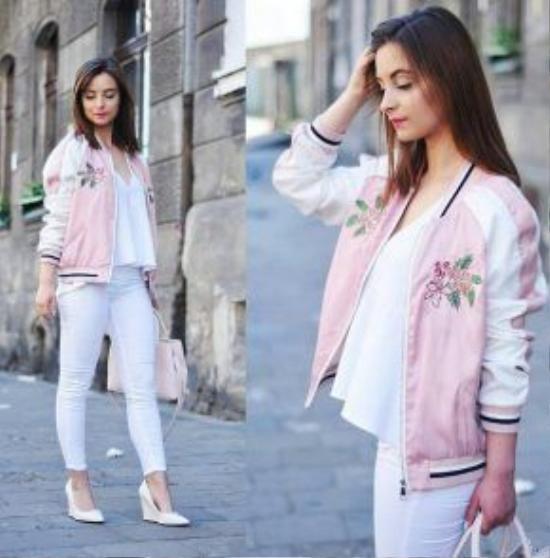 Một gợi ý khác về cách phối trang phục đến từ cô bạn blogger Barbara không gì khác chính là bomber jacket màu hồng pastel với set đồ monogram trắng. Công thức này chính là một mẹo nhỏ giúp các nàng vừa muốn năng động nhưng vẫn giữ được nét nữ tính của mình.