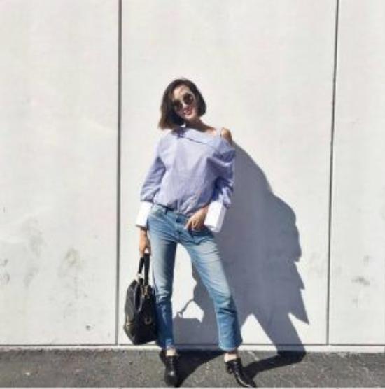 Áo sơ mi lệch vai tay chuông chưa bao giờ lỗi mốt khi khéo léo kết hợp với quần jeans crop pant đi kèm phụ kiện là một chiếc ba lô trơn màu tạo điểm nhấn bắt mắt cho toàn set đồ.