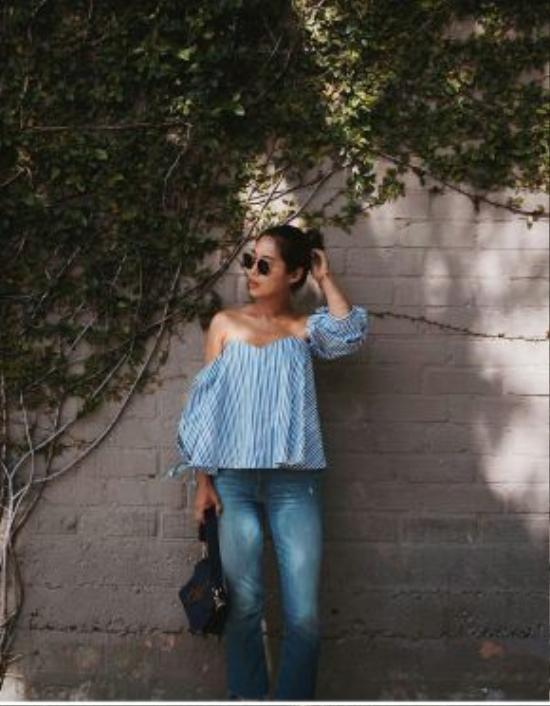 Vẫn là combo áo sơ mi và quần jeans nhưng blogger Aimee song lại làm mới hoàn toàn bản thân với sự kết hợp thông minh giữa sự trùng lập màu sắc áo sơ mi kẻ sọc với quần jeans bạc màu.