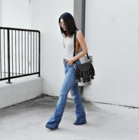 Quần jeans ống loe và bodysuit khi kết hợp với nhau sẽ trở thành trợ thủ đắc lực giúp khoe triệt để vẻ đẹp sexy và đường cong của người mặc.