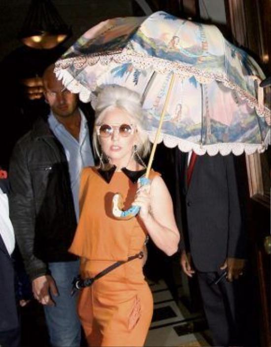 Lady Gaga là một trong những ngôi sao tận dụng được chiếc ô như một phụ kiện thời trang thú vị