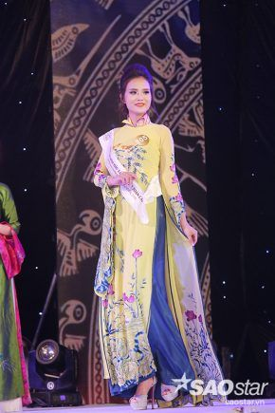 Thí sinh Nguyễn Thị Lan Anh duyên dáng trong trang phục truyền thống.