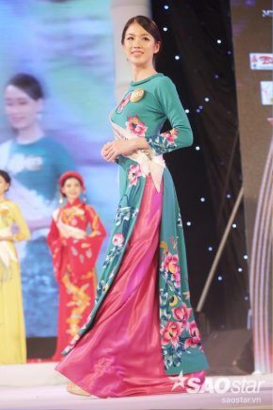 Thí sinh Vũ Thị Tuyết Trang khoe vẻ thướt tha trong trang phục áo dài.