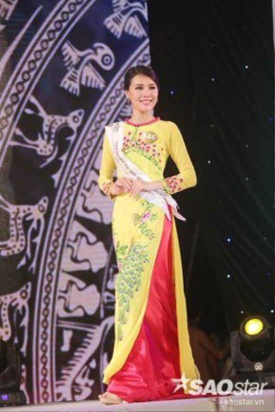 Áo dài cổ tròn là lựa chọn của thí sinh Chu Thị Minh Trang.