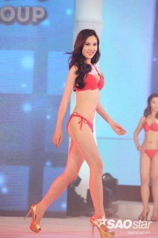 Các thí sinh khoe hình thể gợi cảm quyến rũ, cùng những bước catwalk nóng bỏng trong những bộ bikini.