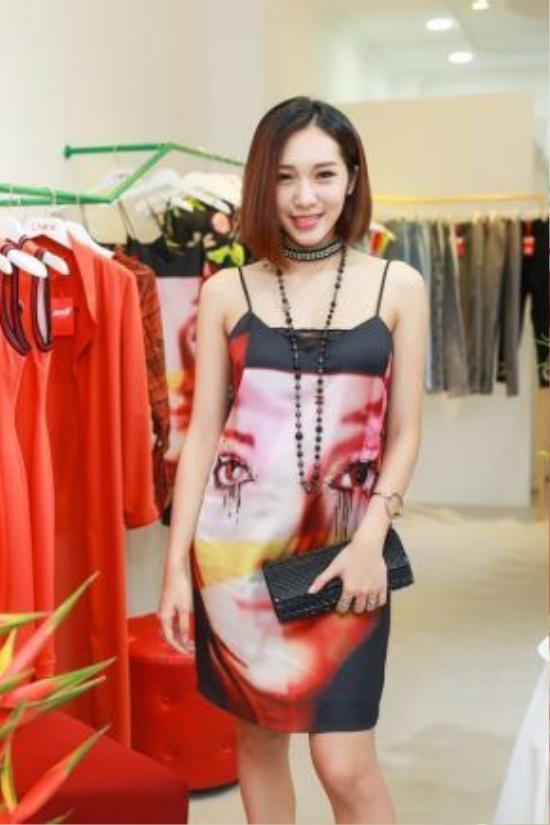 Emily diện váy in hoạ tiết pop art, một trong những item thu hút trong BST Just K.