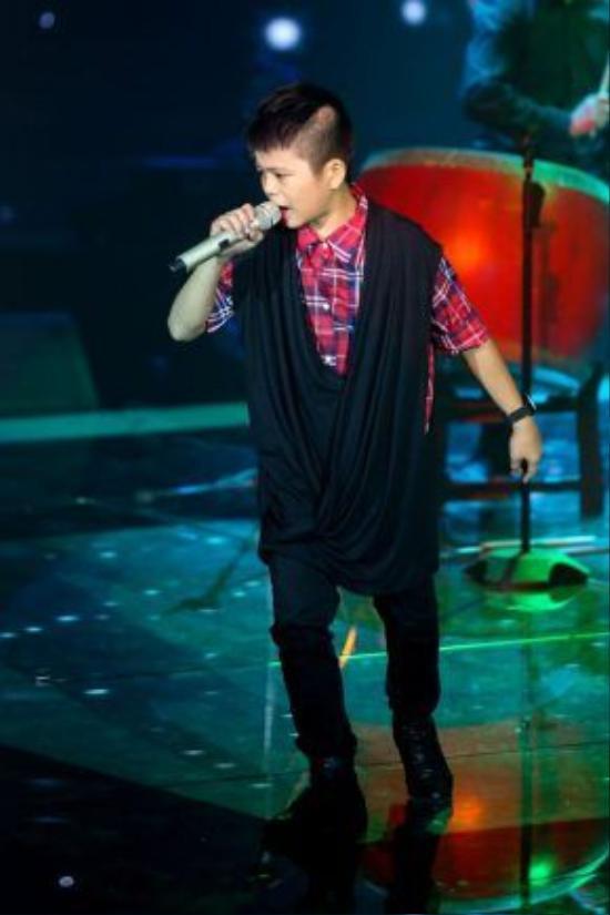 Trang phục biến hóa với màu sắc cá tính giúp Quang Anh xứng đáng trở thành quán quân mùa đầu tiên của chương trình Giọng hát việt nhí.
