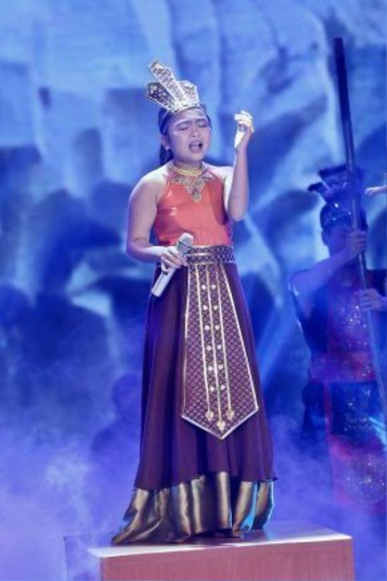 Trang phục mang âm hưởng dân gian Việt Nam là một trong những bộ cánh nổi bật nhất của cô bé Thiện Nhân.