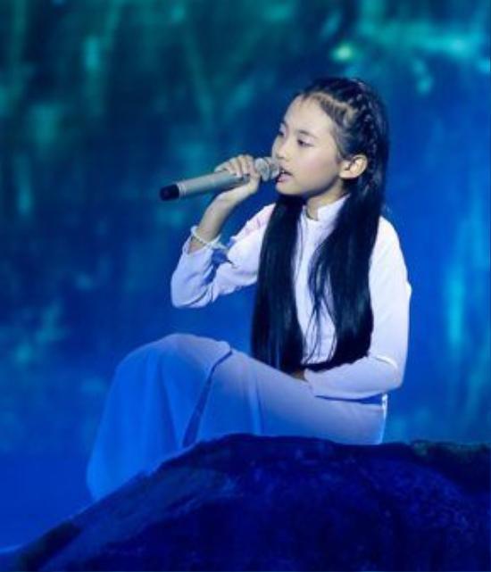 Phương Mỹ Chi lột xác với trang phục áo dài nữ tính khi trình bày ca khúc dân ca lay động lòng người.