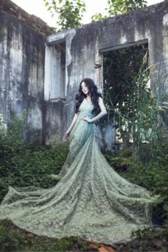 Đúng như ông bà ta từng nói, gái một con trông mòn con mắt, Vy Oanh ngày càng xinh tươi quyến rũ hơn bao giờ hết.