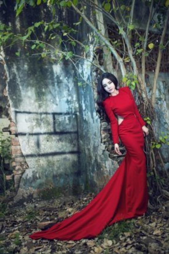 Mới đây trong trang phục của Huy Trần, Vy Oanh thực hiện bộ ảnh tạo dáng trong rừng với sự hỗ trợ của chuyên gia trang điểm Minh Lộc và nhiếp ảnh gia Quang Khuê. Nữ ca sĩ Đồng xanh xuất hiện trong tạo hình cuốn hút đầy ma mị.