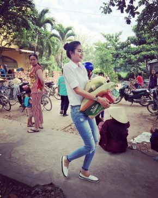 Không ngại lấm bẩn, Phạm Hương chung tay chuyển đồ từ thiện như bao tình nguyện viên khác.