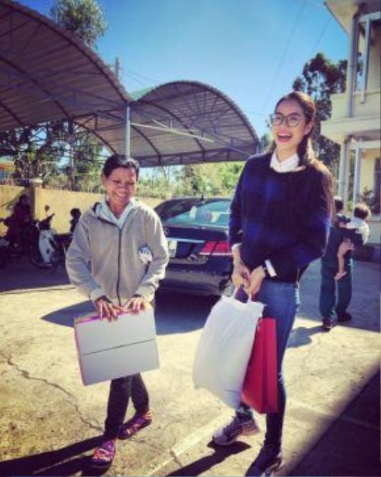Quần jean màu xanh - món đồ thời trang luôn gắn bó cùng Phạm Hương trong mọi chuyến từ thiện.