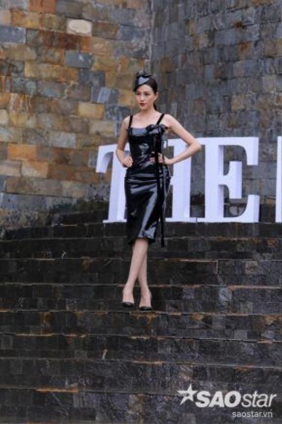 Trên những bậc thang đá cao và có nước trơn trượt, các thí sinh sẽ thể hiện tài năng catwalk.