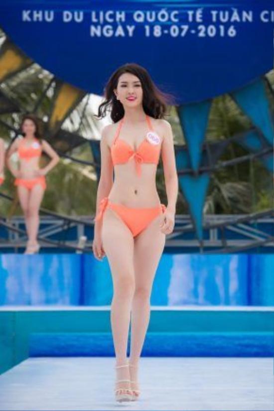 Thí sinh Vũ Thị Vân Anh, SBD 068, cao 170cm, nặng 51kg, số đo 3 vòng: 83-62-92.