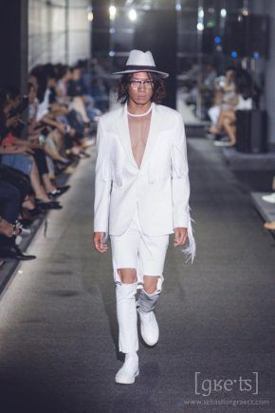 Người mẫu chính là những bước khởi đầu cho sự nghiệp thời trang của anh chàng.