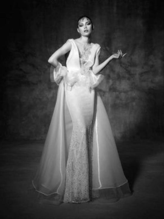 Một chút điểm nhấn ngay tại phần eo của váy cũng là chi tiết bắt mắt cho các mẫu váy cưới thanh lịch.