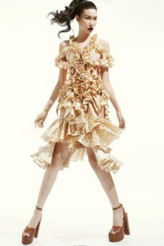 Họa tiết màu vàng ánhkim kết hợp với nền trắng tạo nên những khoảng không nhất định cho người nhìn, tránhcảm giác rối, lóa mắt.
