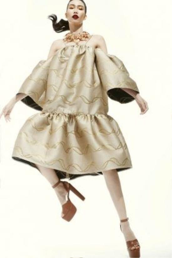 Nữ người mẫu cũng được khen ngợi với khả năng tạo dáng đa dạng khi chuyển độngcơ thể.