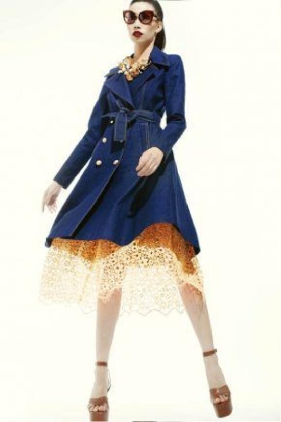 Phần ren được sử dụng làm điểm nhấn cho dáng váy xòe cổ điển, thanh lịch trên nền vảidenim. Giày cao đế thô cũng là một trong những điểm nhấn thú vị ở show diễn Xuân - Hè2016 của nhà thiết kế Đỗ Mạnh Cường.