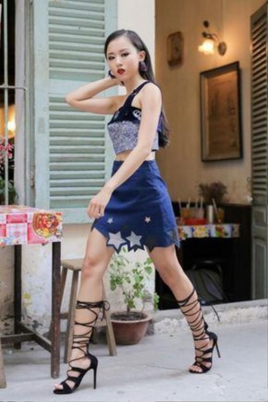 Đôi khi sự đắt giá từ đường cắt dưới chân váy thật độc đáo và màu môi thời thượng. Chân váy cho gợi nhớ đến mẫu thiết kế Dolce and Gabbana còn màu môi thì ai tinh ý nhận ra ngay là của Versace thu đông 2016.