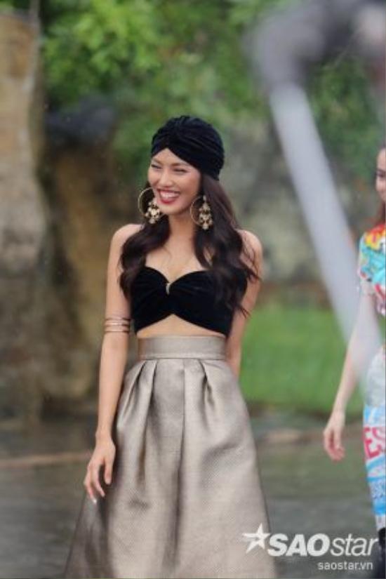 Sự kết hợp giữa hai kiểu dáng hoa tai bằng việc lồng ghép cùng nhau cũng là một trong điểm nhấn khiến cô nàng nổi bật trong tập 8 chương trình The Face Việt Nam.