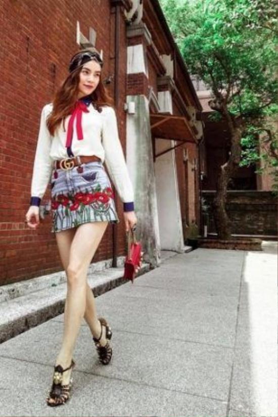 Trở thành đại sứ của thương hiệu thời trang Gucci tại Việt Nam, Hồ Ngọc Hà cũng diện khăn turban cho set đồ của mình.
