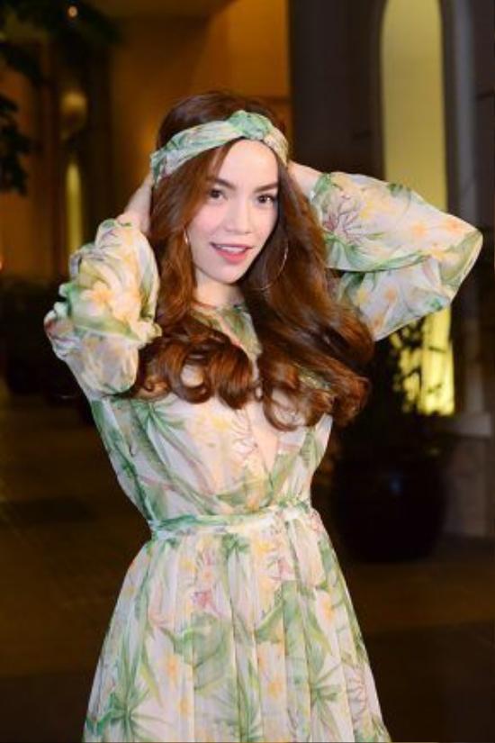 Tạo hình phong cách hoang dã đầy phóng khoáng với khăn turban ton-sur-ton với bộ váy dài.