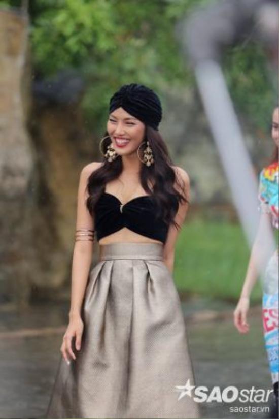 Khi trào lưu retro lên ngôi trong giới thời trang, khăn quấn đầu (turban) – đặc trưng của phái đẹp những thập niên xưa cũng theo đó mà trở lại với thời trang hiện đại. Chiếc khăn được làm từ chất liệu nhung trùng với chiếc bra-top mà Lan Khuê mặc.