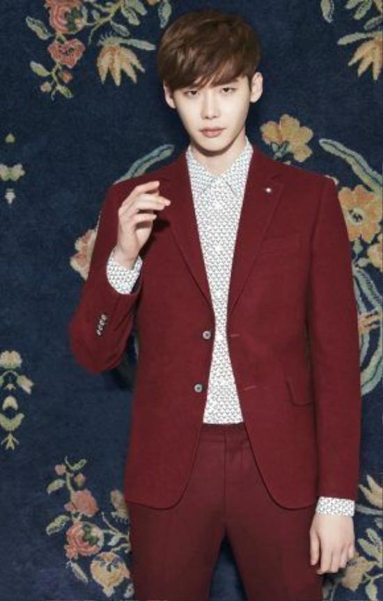 Một lựa chọn khác của Lee Jong Suk với suit đỏ thẫm, mix cùng áo sơ mi trắng để tôn lên màu sắc rực rỡ của trang phục này.