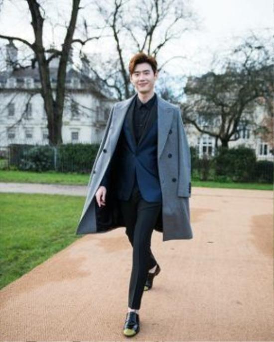 Một chiếc áo khoác dạ dáng dài sẽ giúp f5 suit của bạn bớt đơn điệu hơn cho những ngày thời tiết đại hàn của xứ sở Kim Chi.