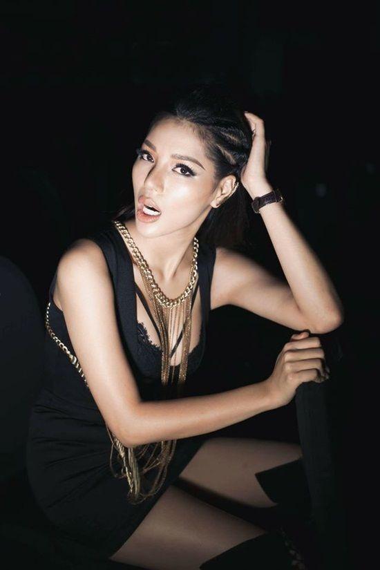 Siêu mẫu Khả Trang lăng xê tóc tết chiến binh trên sàn diễn thời trang.
