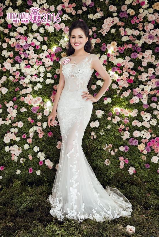 Cô nàng dễ tạo thiện cảm với người khác nhờ nụ cười rạng rỡ và sự tự tin khi giao tiếp. Đây sẽ là lợi thế cho Thu Hiền nếu may mắn lọt vào top 10 Hoa hậu Việt Nam 2016.