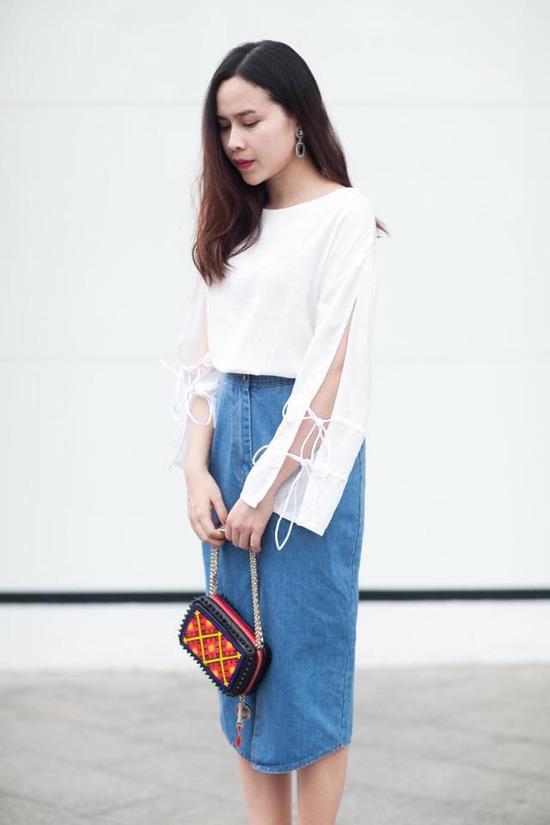 Lưu Hương Giang cũng là một trong ngôi sao mê mệt xu hướng thời thượng này. Người đẹp tạo điểm nhấn cho toàn set đồ bằng chiếc clutch của Christian Louboutin.