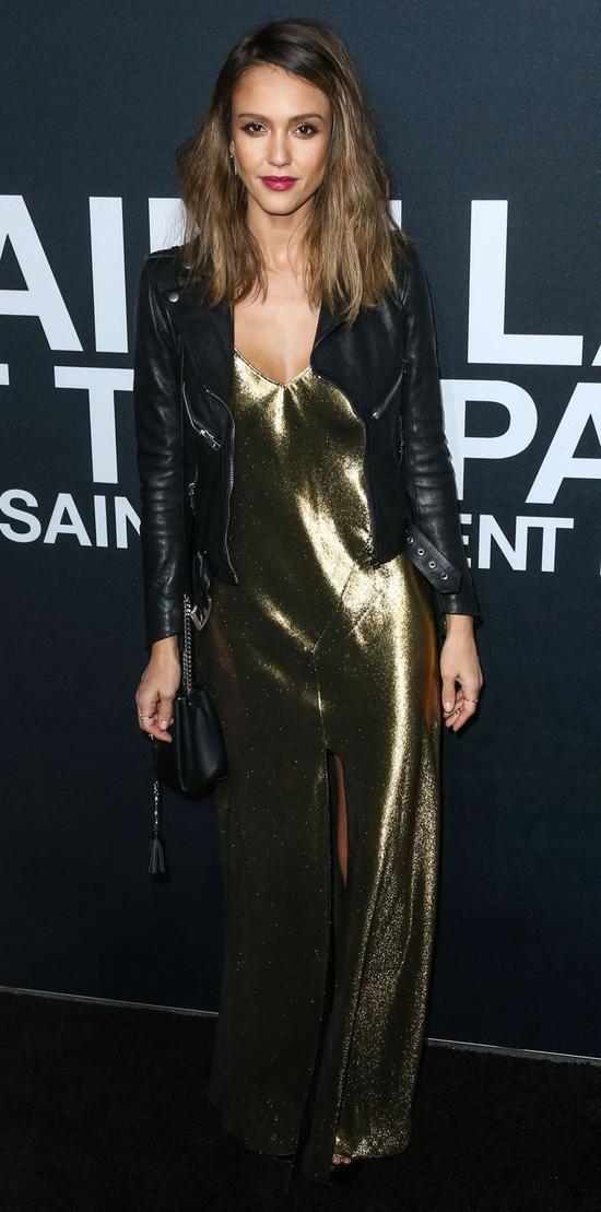 Jessica Alba gây ấn tượng với giới mộ điệu thời trang khi tham dự một sự kiện của nhà mốt Saint Laurent. Cô nàng gây ấn tượng nhờ cách phối kết trang phục thời thượng giữa chiếc áo khoác áo da cùng mẫu đầm 2 dây ánh đồng. Đây là phong cách dành cho các nàng muốn nổi bật trong những buổi tiệc.