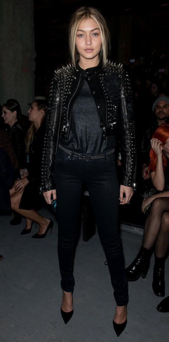 Đối với Gigi Hadid, mỗi khi cô nàng xuất hiện trong bất cứ sự kiện nào thì hình ảnh của bản thân cũng phải luôn ấn tượng và nổi loạn. Chính nhờ tính cách đấy nên lúc nào người đẹp cũng khiến người đối diện trầm trồ vì hình ảnh của mình chỉ với một item khoác trên người. Chiếc áo khoác da đính kết đinh tán chính là lựa chọn táo bạo của cô.